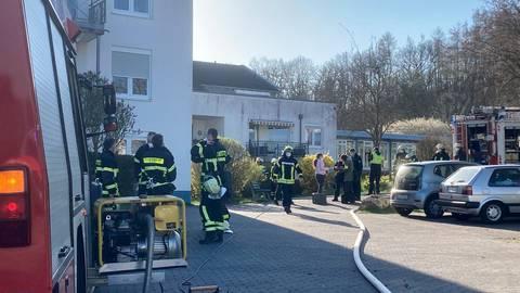 Ein Großaufgebot an Feuerwehren war am Ostersamstag bei einem Zimmerbrand in einem Pflegeheim in Niederselters im Einsatz.  Foto: Klaus-Dieter Häring