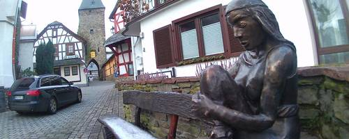 Im Roman wird die Ortsmitte von Altweilnau mit Bettelweib-Skulptur und Stadttor genau beschrieben. Foto: Bugge