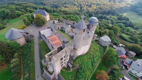 Die zahlreichen Mauern von Burg Greifenstein sind schutzlos dem Wetter ausgesetzt. Das macht sich bemerkbar.  Foto: Burkhard Werner