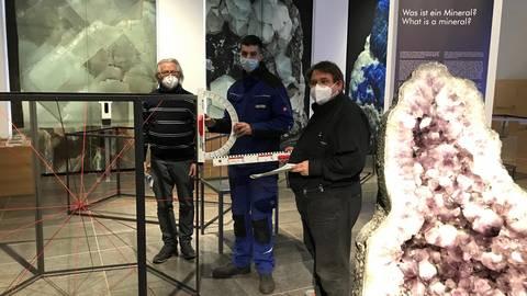 Beim Aufbau der Ausstellung: Siegfried Huhle mit Mitarbeiter Janni Gkaziis und Kurator Fritz Geller-Grimm (v.l.) Foto: Birgitta Lamparth