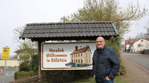 Böllsteins Ortsvorsteher Hansjürgen Villhard vor dem neuen Willkommens-Schild des Ortes. Foto: Kirsten Sundermann