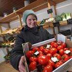 Selbst im Winter gibt's Tomaten, auch wenn sie nicht aus Hähnlein kommen: Heidrun Kehr im Hofladen. Foto: Karl-Heinz Bärtl