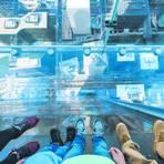 Dieser Blick nach unten ist nur etwas für ganz Mutige – im Willis Tower geht es vom Skydeck aus 412 Meter in die Tiefe. Foto: Choose Chicago