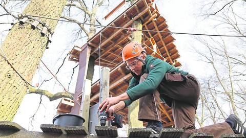 Kletterwald-Betreiber Simon Karl beim Abbau im Finsterloh. Foto: Tanja Freudenmann