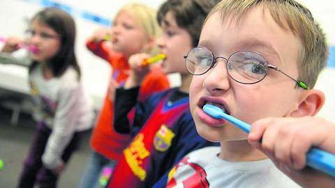 Sorgfältig die Zähne putzen und die Schmelzschicht mit Fluor versorgen: Das empfehlen Zahnärzte zur Prophylaxe. Foto: dpa  Foto: dpa