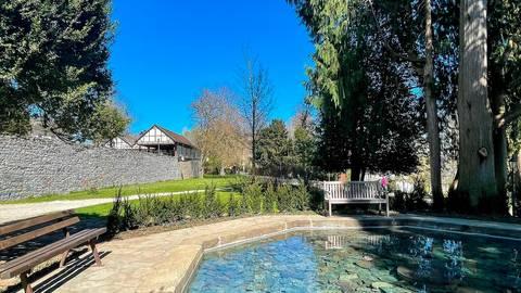 Ruheoase im Braunfelser Kurpark: Der historische Brunnen ist in Betrieb.  Foto: Jenny Berns