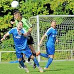 Sind in Spitzenspielen gefordert: Jonas Find (oben) trifft mit dem FC Burgsolms auf den TSV Steinbach II, Benedikt Heinz und der FC Cleeberg empfangen die SG Eschenburg.  Foto: Weis