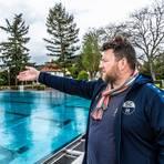 Da könnten sie schwimmen, wenn sie denn dürften: SCH-Vorsitzender Markus Wilfer im Heppenheimer Freibad. Foto: Arne Schumacher