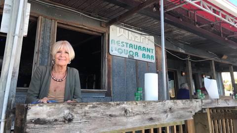 """Ex-DDR-Flüchtling Angelique betreibt das Restaurant """"The Wharf"""". Foto: Susanne Müller"""