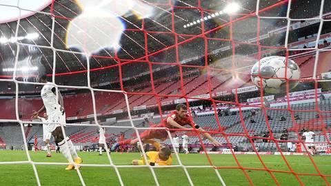 Thomas Müller vom FC Bayern schießt das Tor zum 2:0, was auch der Stand zur Halbzeit war. Foto: Andreas Gebert/Reuters-Pool/dpa