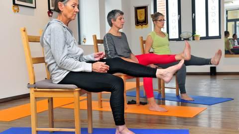Schweißtreibend bis meditativ: Teilnehmer konnten viele Yoga-Arten testen. Foto: Thomas Schmidt