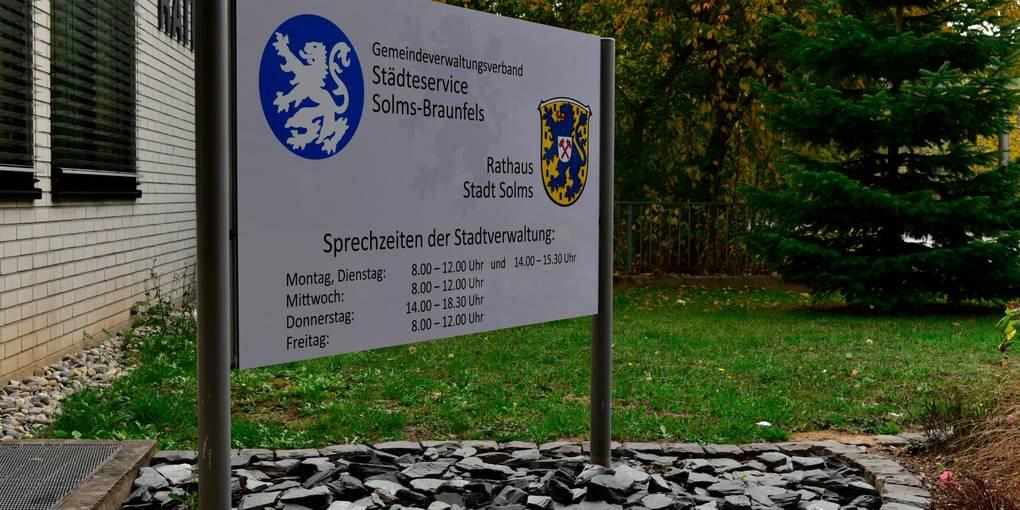 Auf dem Schild am Eingang des Solmser Rathauses ist der Städteservice ausgewiesen. Wie es mit der Zusammenarbeit weitergeht, ist aber noch offen.  Archivfoto: Jenny Berns