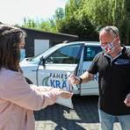 Unter strengen Hygienevorgaben in der Corona-Krise gehen die Fahrschulen wieder an die Arbeit - hier in Beerfurth mit Fahrlehrer Lothar Schildmann von der Fahrschule Krämer.  Foto: Guido Schiek