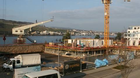 Baukräne bestimmen derzeit die Fluss-Silhouette, dort, wo eine neue 1a-Wohnlage entsteht. Foto: Christine Tscherner