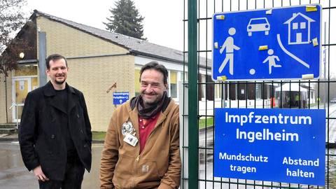 Mathias Hirsch (r.), Leiter des Impfzentrums, und sein Stellvertreter Martin Becker sind gerüstet: Sobald weitere Impfdosen in Ingelheim eintreffen, wird die zweite Impfstraße eröffnet. Foto: Thomas Schmidt