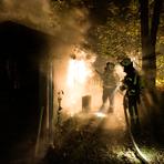 Einsatzkräfte der Weilburger Feuerwehren bekämpfen einen Brand: 1300 Feuerwehrleute im Kreis sollen rasch gegen Corona geimpft werden, fordert ihr Verband. Archivfoto: Feuerwehr Weilburg