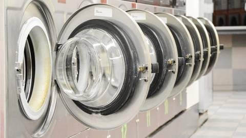 Im Waschsalon wird nicht nur gewaschen. Er ist auch ein Treffpunkt für Jung und Alt.  Symbolfoto: Marco2811-stock.adobe.com