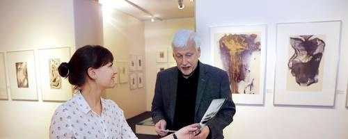 Erinnerung an ein Künstlerpaar: Claire Mayer und Claus K. Netuschil vom Kunstarchiv bei den Vorbereitungen für die Ausstellung zu Gertrud und Alfred Arndt, die am Sonntag eröffnet wird. Foto: Andreas Kelm