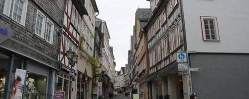 Grauguss raus, Kunststoff rein: Die Lahnstraße wird im ersten Bauabschnitt an der Reihe sein.    Foto: Steffen Gross