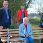 Dieter Ernst und Burkhard Riedel (rote Jacke) mit Silvia Ruppel und Brunhilde Wörner, die als Erste Platz nehmen durfte. Foto: Graf