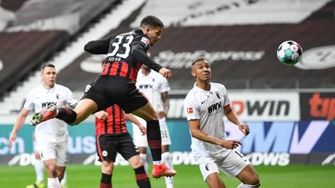 André Silva köpft ein. Die SGE wird nach dem Sieg gegen Augsburg international spielen. Foto: dpa