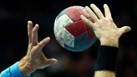 Steigt die Jugendhandball-Qualifikation oder stoppt Corona die ersten Partien unter Wettkampfbedingungen in Hessen für die kommende Saison? Foto: dpa