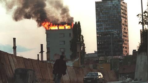 Die oberste Etage dieses Hochhauses brannte im Juni 1995, nachdem es von serbischen Brandbomben getroffen wurde. Serben riegelten Sarajevo seit dem 6. April 1992 für fast vier Jahre von der Außenwelt ab. Foto: Anja Niedrighaus/epa/dpa