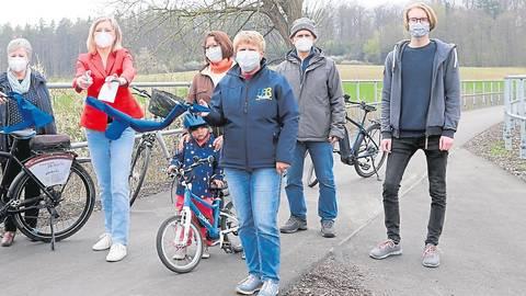Landrätin Anita Schneider (3.v.l.) durchtrennt das Band und eröffnet das letzte Teilstück des neuen Radwegs zwischen Laubach und Hungen. Foto: Schuette