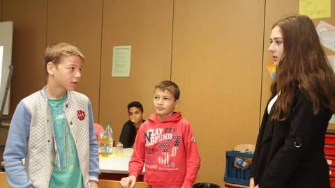 """Kennenlern-Szene beim """"Buddy""""-Projekt """"Post It!"""" von ELG und Realschule Plus: (v.l): Musa, Hizir und Amina. Foto: pa/Axel Schmitz  Foto: pa/Axel Schmitz"""