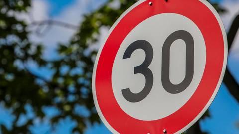 Die Stadt Friedberg muss die Tempo-30-Bereiche in der Innenstadt aufheben. Symbolfoto: Lukas Görlach