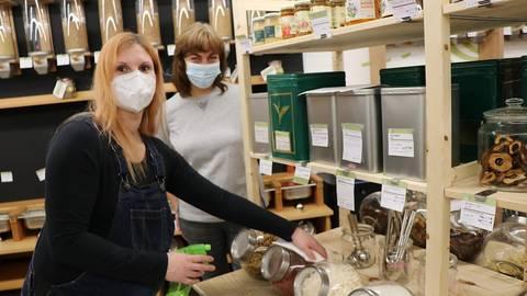 Meike Rao (links) und Susanne Scheller desinfizieren regelmäßig Gefäße und Gerätschaften im Unverpacktladen, damit Kunden auch in Corona-Zeiten sicher einkaufen können. Foto: Katja Gesche