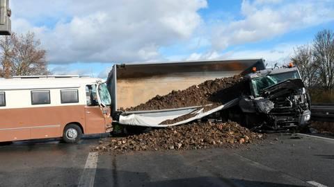 Nichts geht mehr auf der A 45, als ein Lastwagen auf ein Wohnmobil auffährt. Foto: Wissner