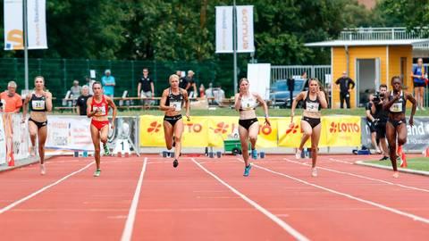 """Schnelle Sprinterinnen: das 100-Meter-Finale der Frauen bei """"Fast Arms, Fast Legs"""" in Wetzlar mit Lisa Mayer (3.v.l.), Rebekka Haase (2.v.r.) und Siegerin Lisa Kwayie (r.). Foto: Jörg Theimer"""
