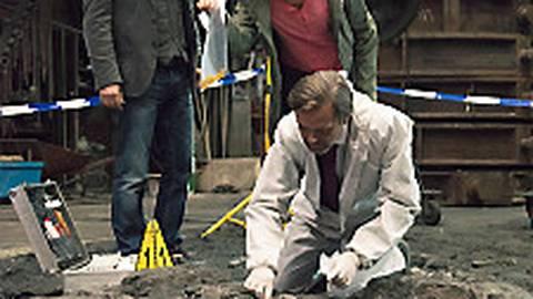 Lessing (Christian Ulmen) und Dorn (Nora Tschirner) mit Kriminaltechniker Ganser (Matthias Matschke) am Fundort der Leiche.  Foto: MDRAnke Neugebauer