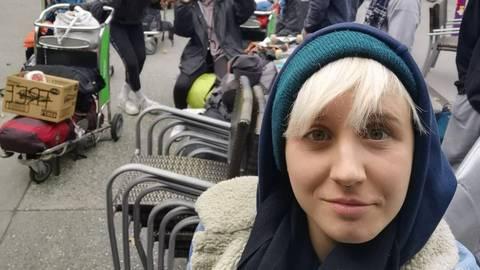 Warten auf den ersehnten Flug nach Deutschland – Shanna Reis am Flughafen in Neuseeland. Foto: privat