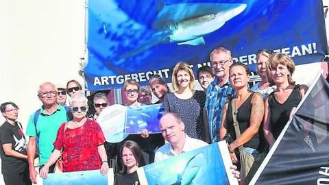 Gegen das geplante Chark-City-Projekt demonstrierten Pfungstädter Bürger vor dem Alten Rathaus. Foto: Karl-Heinz Bärtl
