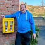 Christoph Gath, Vorsitzender des Nabu-Ortsverbands, stellt den Bienenfutter-Automaten in Audenschmiede vor.  Foto: Nabu Essershausen