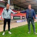 Nino Miotke (links) verstärkt den TSV Steinbach Haiger. Rechts TSV-Geschäftsführer Matthias Georg.  Foto: TSV