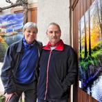 Gabi und Gunter Reichert vor einem der Leinwandfotos, die überall in der Gemeinde Bubenheim bewundert werden können. Foto: Thomas Schmidt