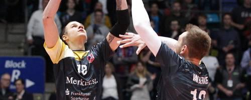 Möchte auf keinen Fall ein drittes Mal gegen seine ehemaligen Teamkollegen vom SVG Lüneburg verlieren: United-Volleys-Zuspieler Adam Kocian (rechts Lukas van Berkel). Foto: rscp/Marcel Lorenz