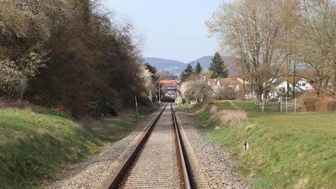 Der zweite Haltepunkt der Weschnitztalbahn nahe der Martin-Luther-Schule ist beschlossene Sache. Doch bis zur Umsetzung durch die Bahn können noch einige Jahre vergehen, so die Prognose des Zwischenberichtes des Rimbacher Verkehrskonzeptes. Foto: Katja Gesche