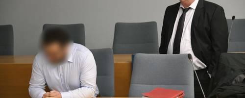 Der angeklagte Heimleiter und sein Anwalt Lars Leininger im Landgericht in Siegen.  Foto: Kaiser/dpa