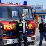 Essity übergibt ein Feuerwehrfahrzeug als Spende nach Kroatien: (von links) Björn Gentzsch (Verein Safers), Essity-Werksleiter Thorsten Becherer, Bernd Siegfried (Essity Werksfeuerwehr), Sascha Walther (Leiter der Essity Werksfeuerwehr). Foto: Stefan Küchler