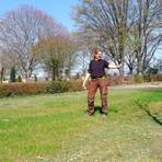 Hier soll der zweite Memoriam-Garten entstehen. Friedhofsgärtnerin Andrea Gericke will im kommenden Jahr mit der Gestaltung der Fläche beginnen.  Foto: Jens Etzelsberger