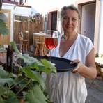 """Früher erzählte sie Märchen, heute schenkt sie aus: Anke Kugies von der Weinstube """"Zimtkorken"""". Foto: Vollformat / Frank Möllenberg"""