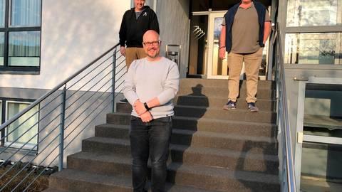 Der neue Ortsbeirat Oberhörlens: Vorne steht Ortsvorsteher Dennis Bretz, hinten sein Stellvertreter Stephan Hüttermann (l.) und Schriftführer Thomas Weigel.  Foto: Hartmut Bünger