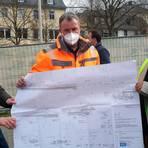 Architektin Anne-Katrin Bernhardt, Diethelm Heider vom Stadtbauamt und Suekrue Sen (v.l.) zeigen den Plan der Bauarbeiten. Foto: Sabine Gorenflo