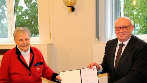 Stolz trägt Marlit Hoffmann ihren Orden, den ihr Wolfgang Schuster in einer sehr herzlichen Feierstunde verleiht. Foto: Heike Pöllmitz