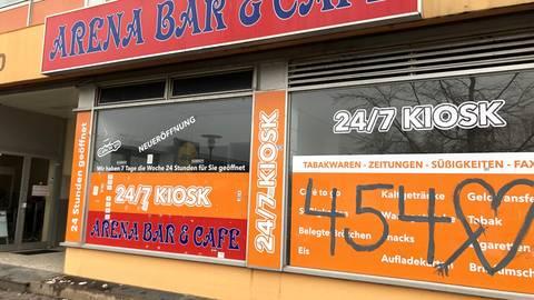 In der Arena-Bar am Kurt-Schumacher Platz erschoss Tobias Rathjen fünf Menschen. Vor der Bar erinnert ein Kreuz (Foto unten) an den tragischen Tod von Vili Viorel Paun, den der Rechtsextremist in seinem Auto ermordete. Fotos: Heine