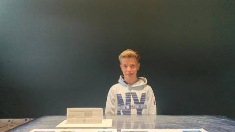 Marc Reizlein mit seinem Praktikumsprojekt. Gut zu erkennen, das Modell des Vereinsheims mit der alles dominierenden Glasfront. Foto: Enders/Weiss/Bangert